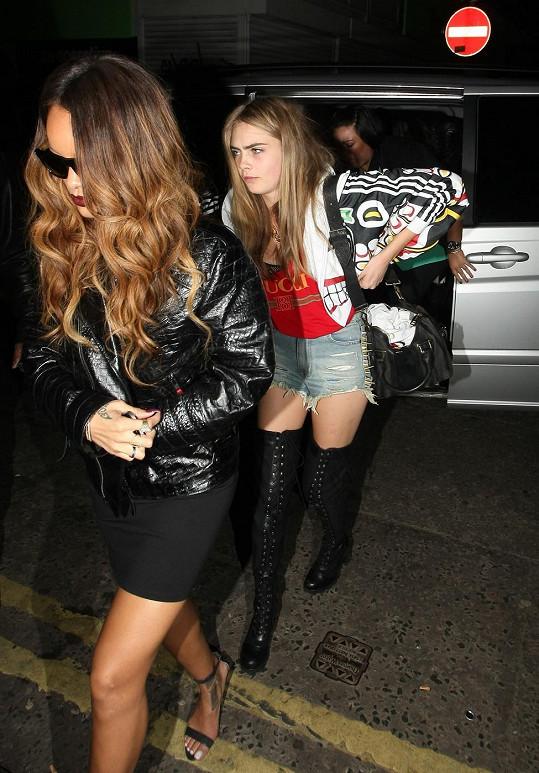 Cara vyráží do klubu s Rihannou.