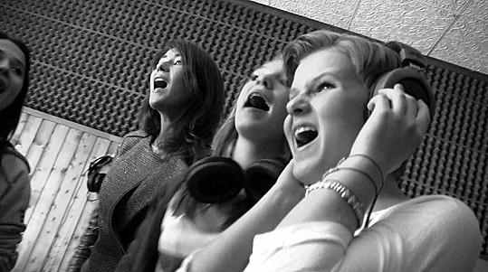 Holky v pražském studiu dotáčely písničku.
