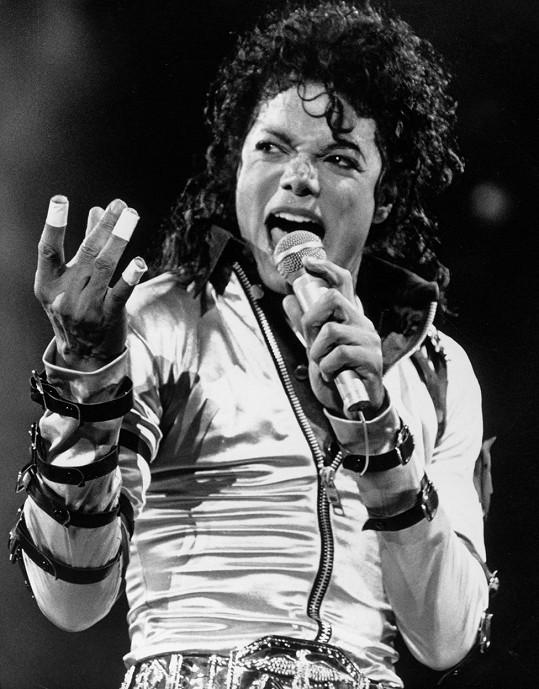 Žebříčku ovšem nemůže kralovat nikdo jiný než sám král popu. Na slávě a zisku mu neubral ani kontroverzní dokument. Michael Jackson letos vydělal přes miliardu korun.
