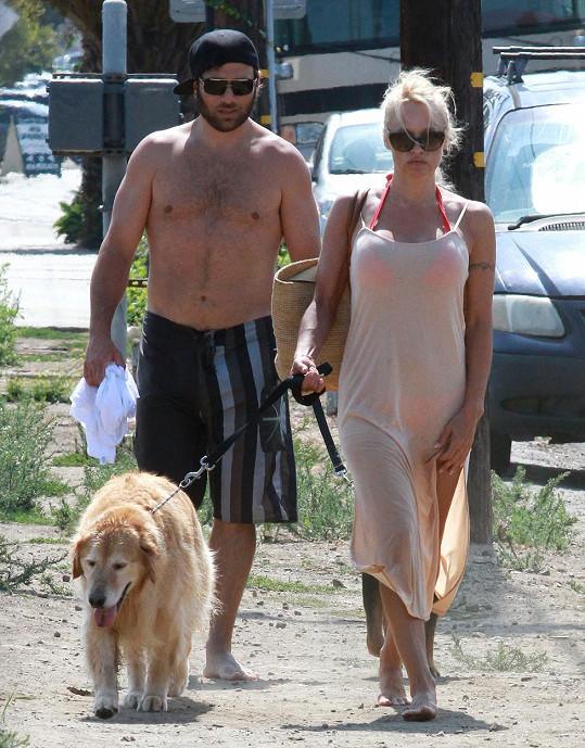 Zlatý retrívr Jo-Jo na procházce s Pamelou a Rickem, který jej údajně přiměl k sebevraždě.