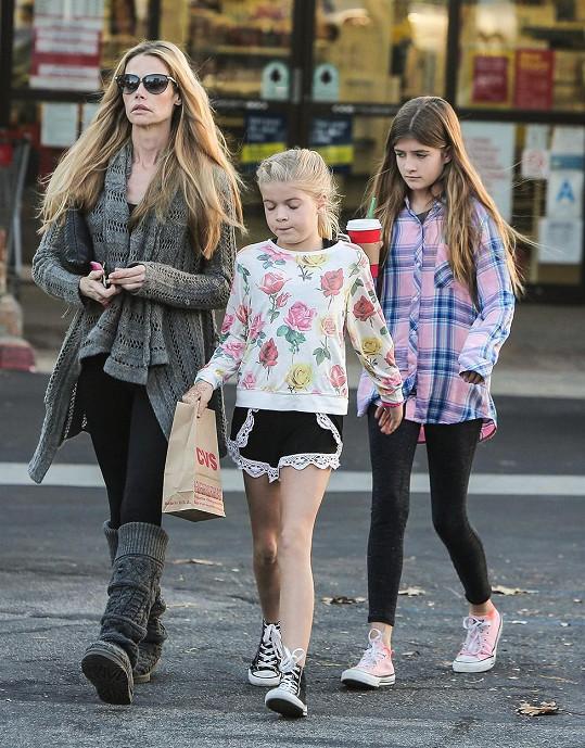 Než herečka nasadila profesionální úsměv, vesele ona ani její dcery nevypadaly.