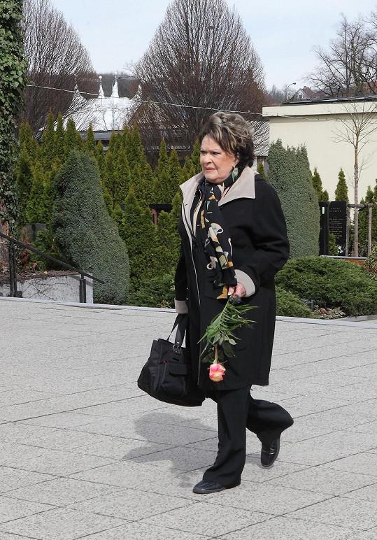 Jiřina Bohdalová se objevila na pohřbu režiséra Ivo Paukerta bez berlí.
