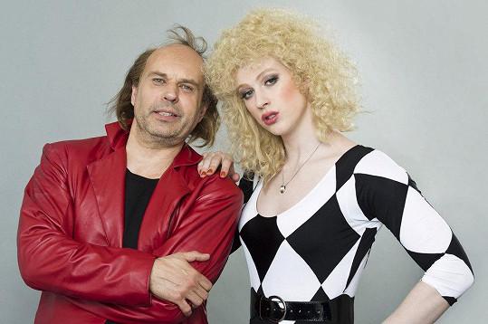 Petr Rychlý se změnil v Petra Jandu, Adam Mišík zase napodobil Petru Janů z roku 1984.
