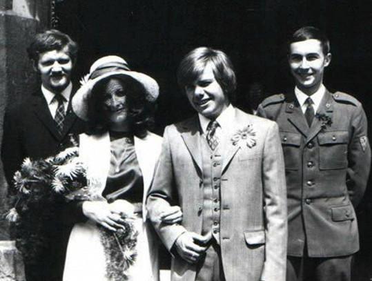 Svatba zesnulého zpěváka s Andreinou matkou