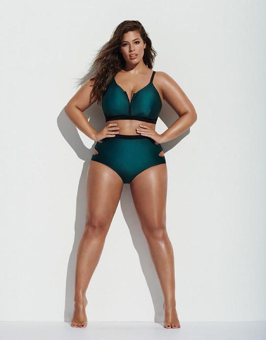 Plnoštíhlá modelka oblékla i dvojdílné plavky.