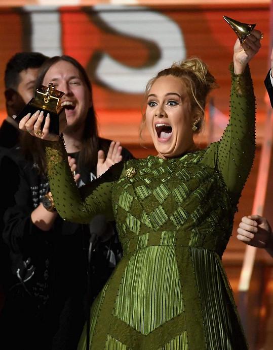 Adele se o své vítězství podělila s Beyoncé.