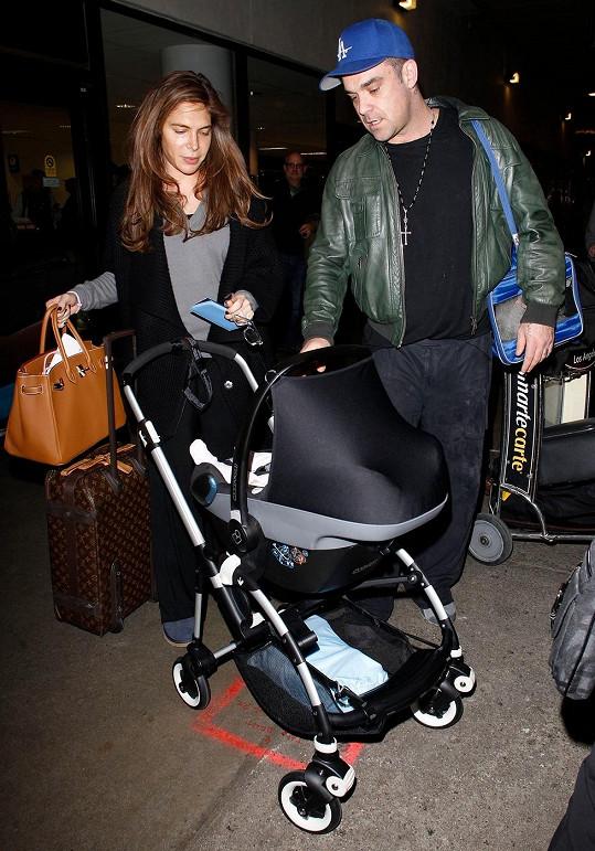 Sdílí Robbieho názory ohledně výchovy dcery i jeho manželka Ayda Field?