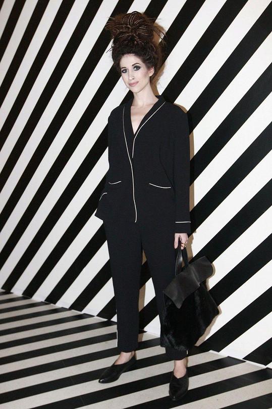 V outfitu od Lindexu, inspirovaném pro změnu pánským pyžamem. Aby si náhodou někdo nemyslel, že se chystá uložit ke spánku, tak v ruce držela koženou kabelku s krátkým chlupem.