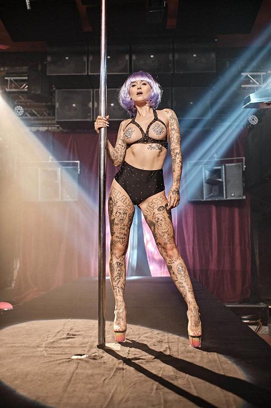 V novém filmu Ubal a zmiz hraje striptérku.