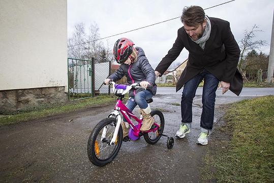 A nyní, když předával dětem kola.