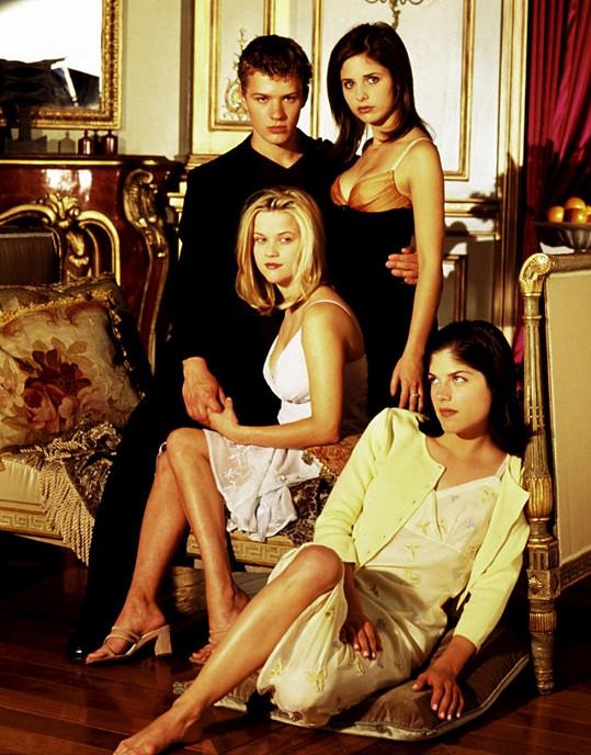 Selma Blair (dole) s kolegy ve filmu z roku 1999 Velmi nebezpečné známosti