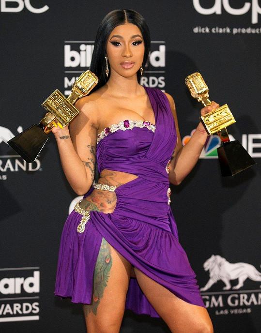 Cardi získala šest hudebních ocenění.