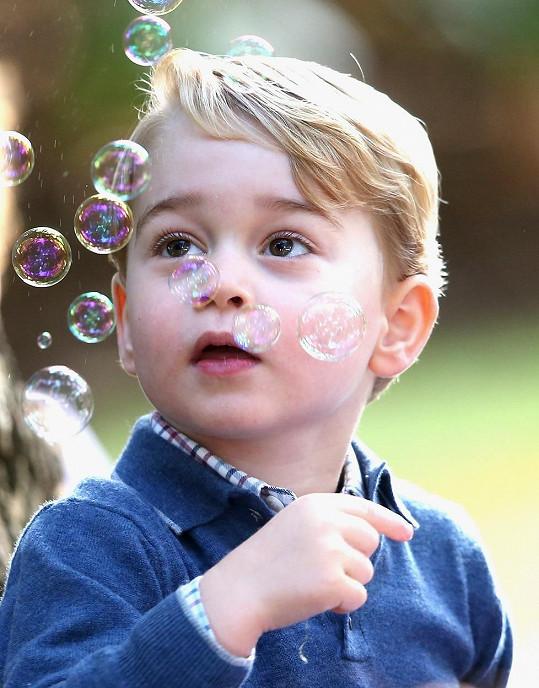 Princ si zahradní párty užíval.