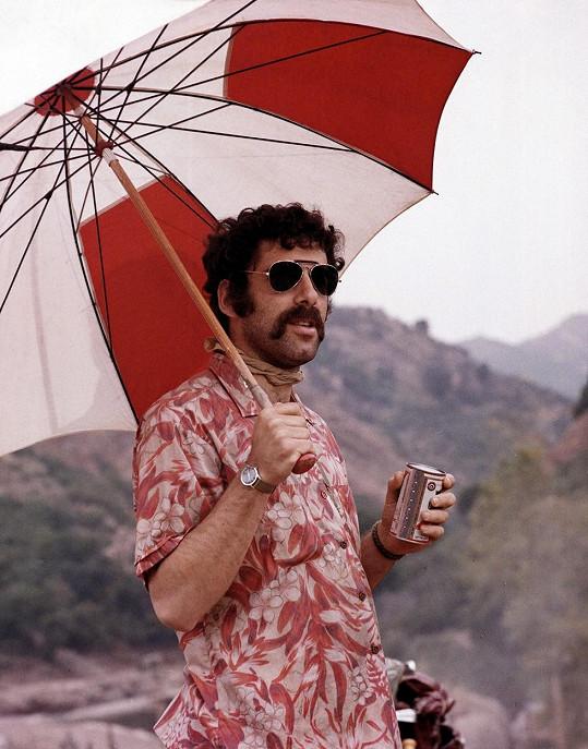 Elliott Gould si zahrál ve filmu Roberta Altmana M*A*S*H (1970), na který navazoval stejnojmenný populární seriál.