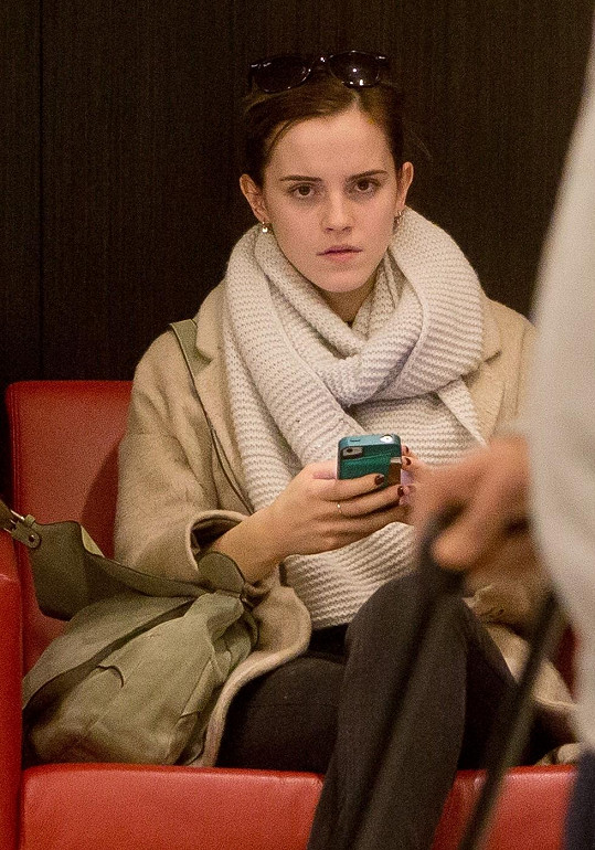 Nedávno byla Emma spatřena na letišti v Los Angeles - opět nenalíčená a opět krásná.