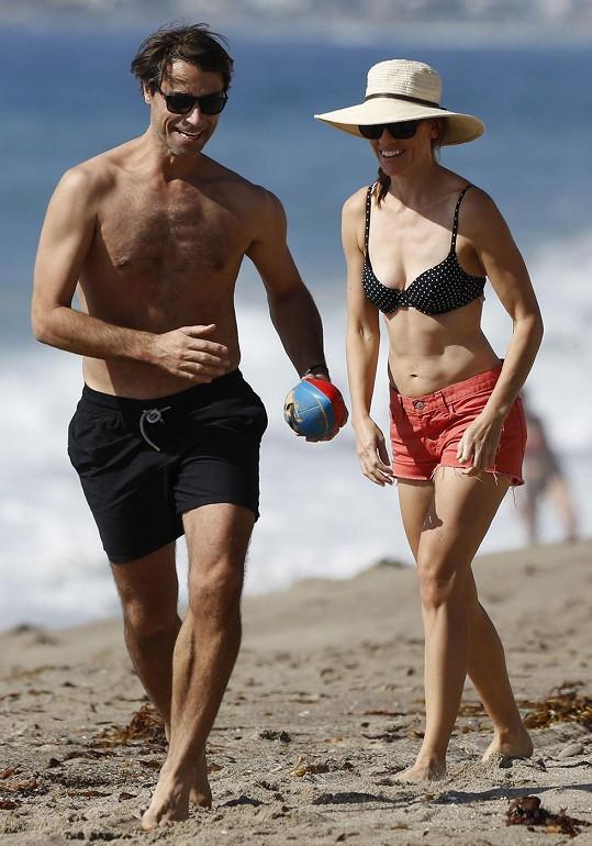 Hilary s jejím přítelem Laurentem Fleurym na pláži v Malibu.