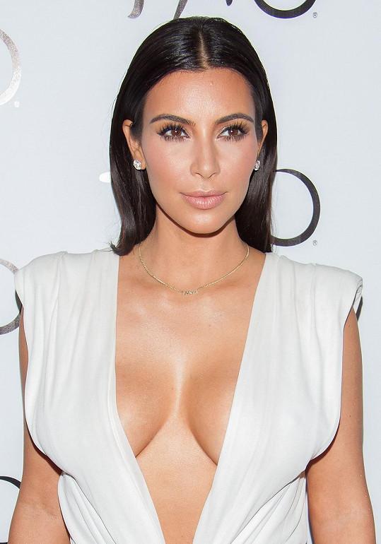 S tmavým obočím vypadá Kim Kardashian podstatně lépe.
