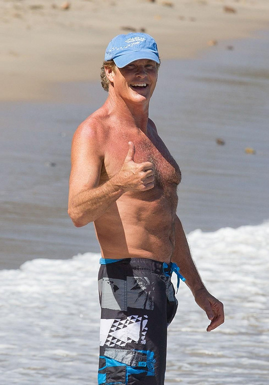 David Hasselhoff na pláži v Malibu