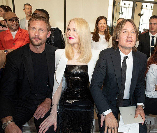 Nicole Kidman si oba muže držela za stehna.