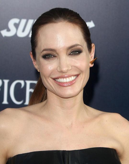 Angelina Jolie organizovala pohřby.