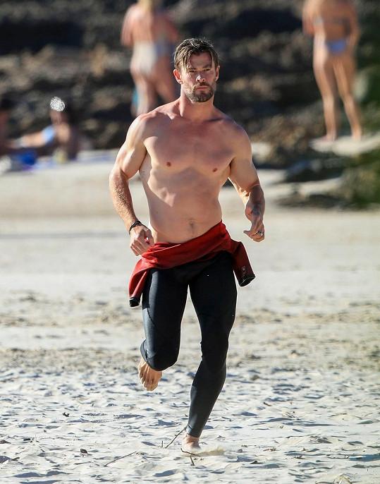 Chris Hemsworth na pláži ukázal své svalnaté tělo.