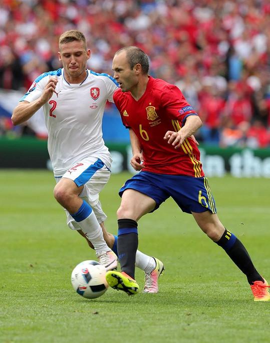 Pavel Kadeřábek v zápase proti Španělsku (vlevo)