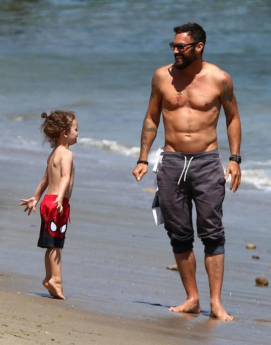 Na pláž vyrazil se syny, kteří se brzy dočkají sourozence.