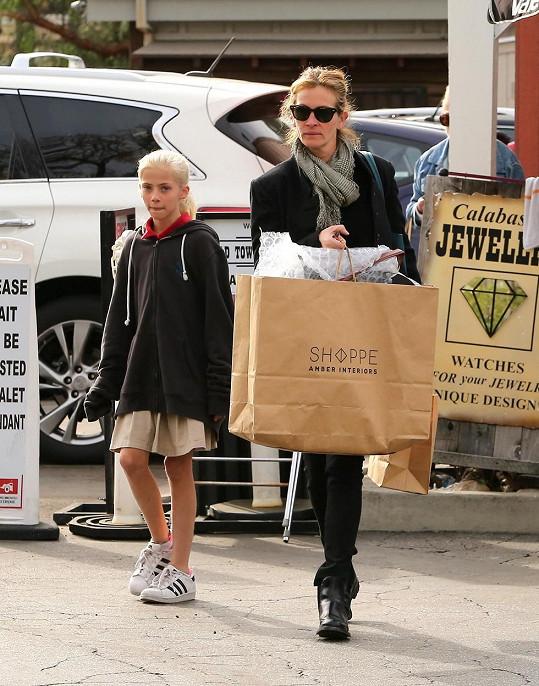 Julia a Hazel na nákupech