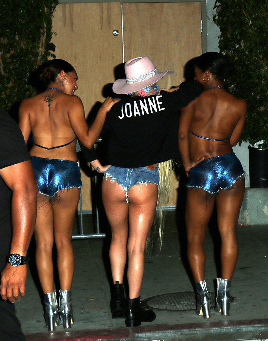 Lady Gaga se svými tanečnicemi před koncertem...