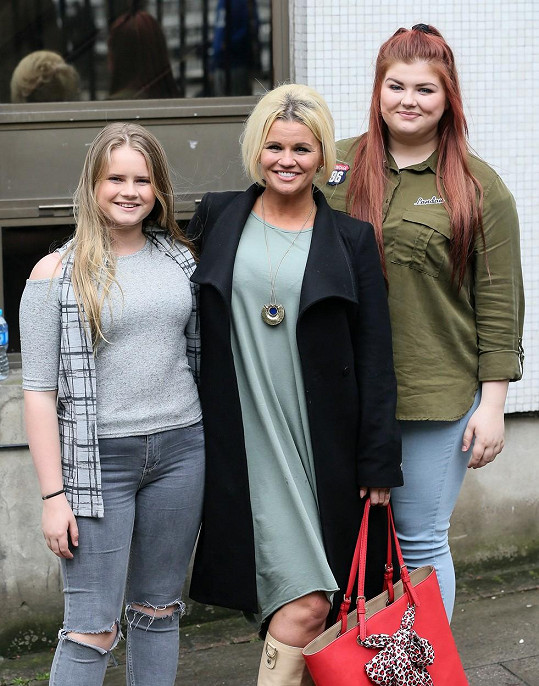 Kerry Katona se svými dcerami Molly a Lilly.