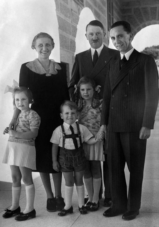 Hitler a Goebbelsovi se třemi ze svých dětí