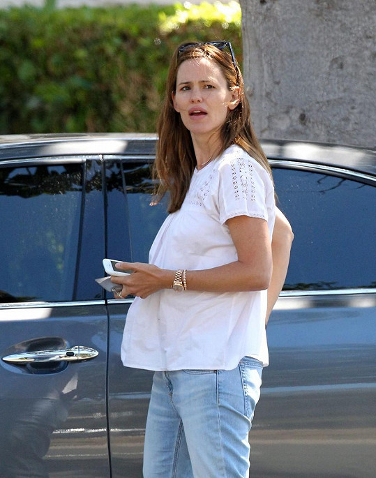 Jennifer si poslední dobou obléká volnější topy.