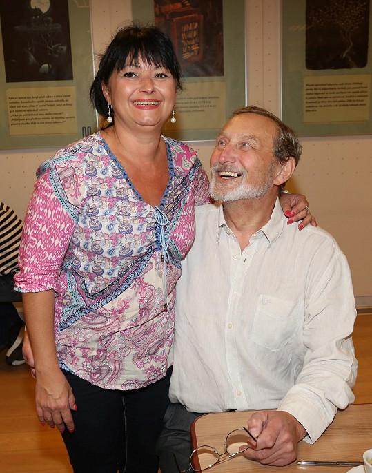 Frej a jeho partnerka se na křtu knížky Vražedná vášeň smáli od ucha k uchu.