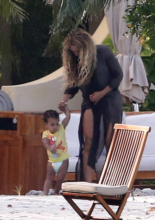 Beyoncé je své dcerce po ruce...