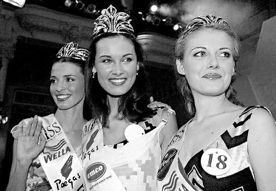 Michaela Salačová (uprostřed) při svém vítězství v Miss ČR měla ještě dlouhé vlasy (2000).