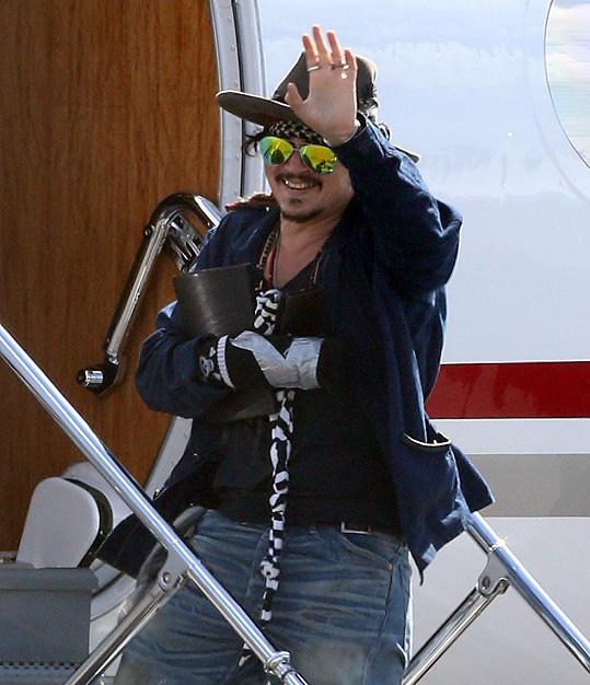 Johnny Depp opouští australské Brisbane s poraněnou rukou.