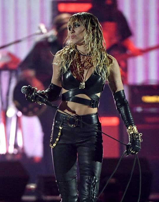 Figuru předvádí zpěvačka i během žhavých vystoupení.