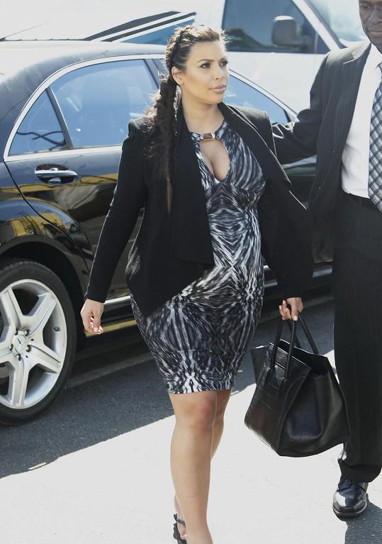 Kim byly šaty opravdu těsné.