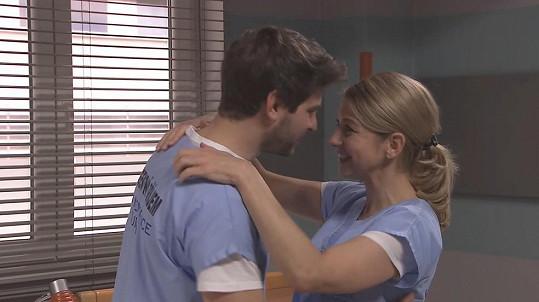 Sabina Laurinová alias Mery se svým seriálovým milencem Davidem v podání Marka Němce.