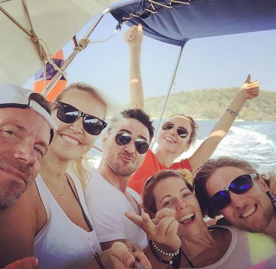 Na Koh Kood vyrazila s přítelem Ondřejem, herečkou Veronikou Arichtevou, jejím manželem, režisérem Biserem Arichtevem, a zpěvákem Zdeňkem Hrubým.