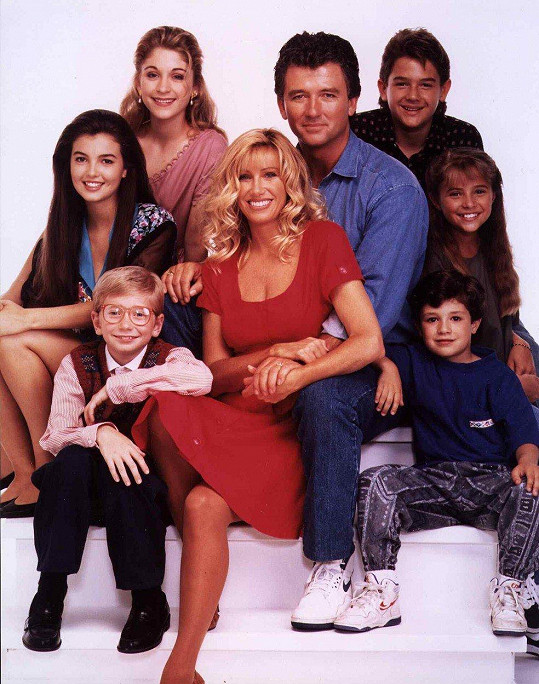Nejznámější rolí Christine Lakin (vpravo) je Al v seriálu Krok za krokem. Na snímku (zleva nahoře) s Angelou Watson, Staci Keanan, Patrickem Duffym, Brandonem Callem a (zleva dole) Christopherem Castilem, Suzanne Somers a Joshem Byrnem