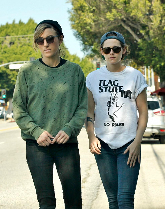 Chlapecky vyhlížející Kristen se svou domnělou partnerkou Aliciou Cargile