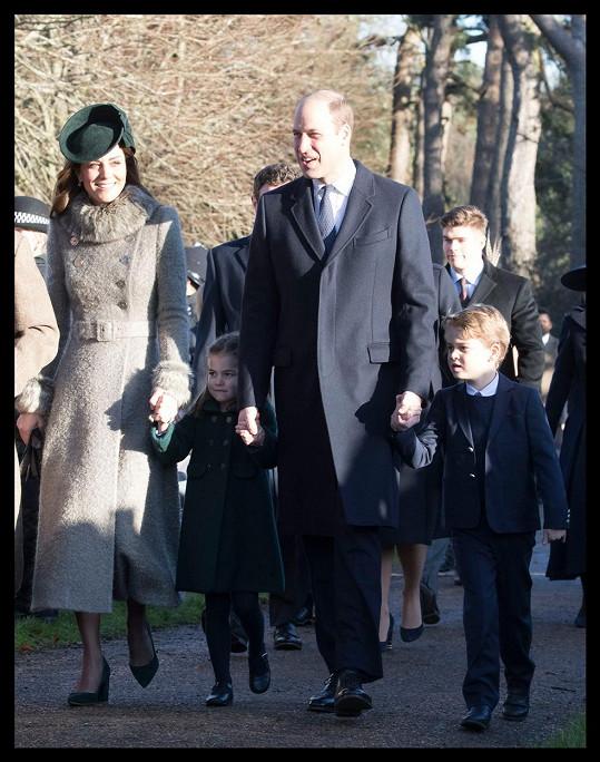 Vévoda a vévodkyně z Cambridge se staršími dětmi Georgem a Charlotte dorazili na tradiční vánoční mši v Sandringhamu