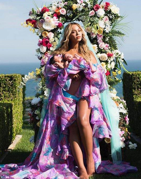 Beyoncé letos porodila dvojčata, Blue Ivy se dočkala sestry Rumi a brášky Sira.