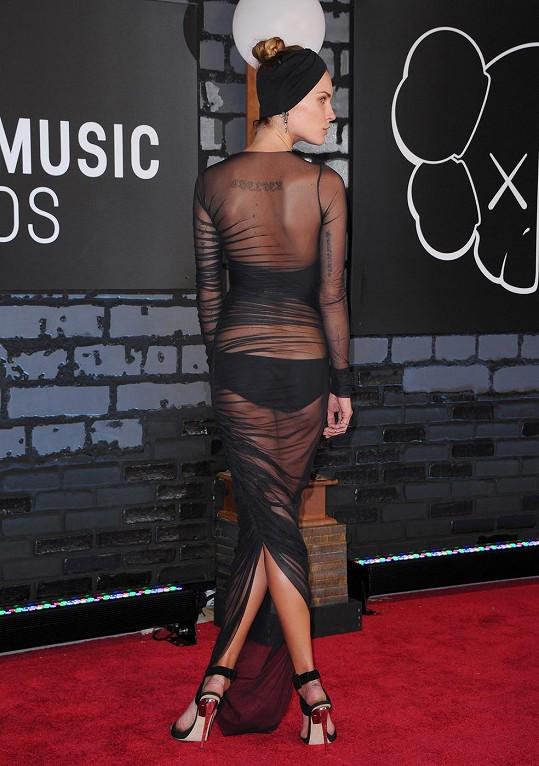 Modelčiny šaty zezadu
