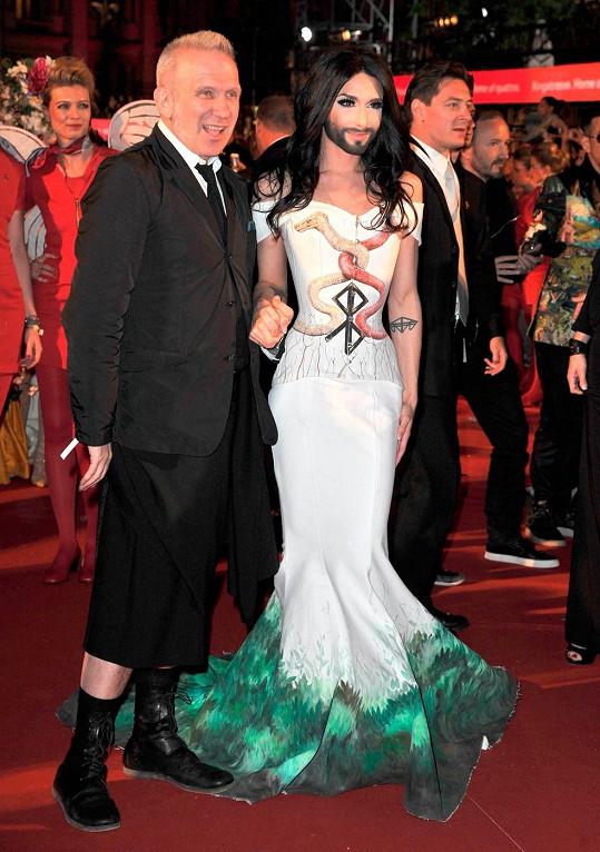 Na Life Ball, kde nechyběli Ricky Martin, Bill Clinton nebo Marcia Cross, zářila hned v několika modelech. Poklonu jí vzdal i Jean Paul Gaultier.