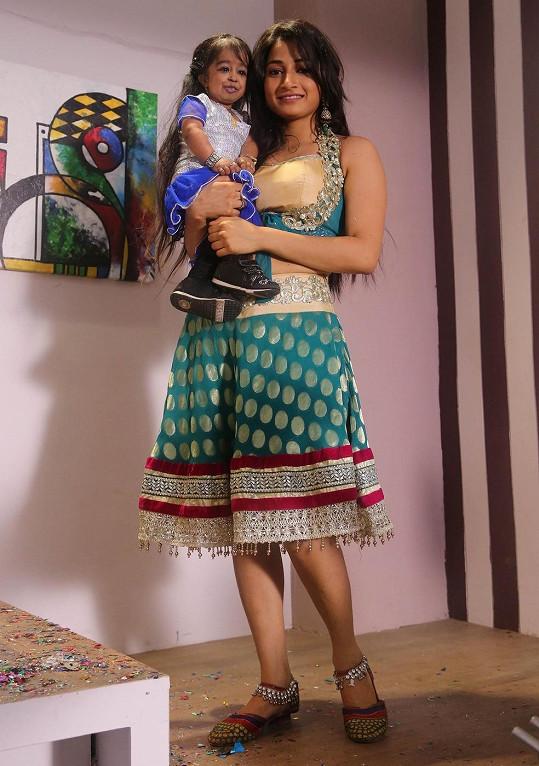Jyoti Amge ve srovnání s ženou běžného vzrůstu.