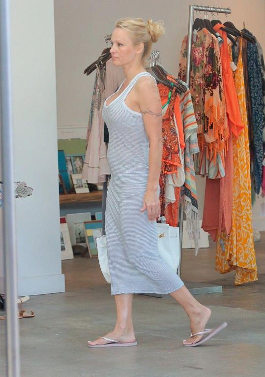 Pamela Anderson na nákupech v Malibu.