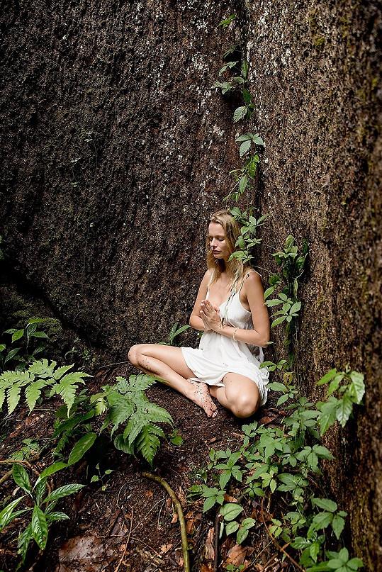 Helena žije alternativním způsobem života. V roce 1999 byla zvolena Miss ČR.