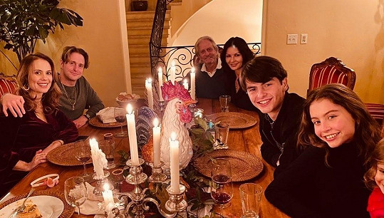 Rodinná večeře se všemi dětmi. Vlevo Cameron s partnerkou Viviane a vpravo dcera Carys a syn Dylan.